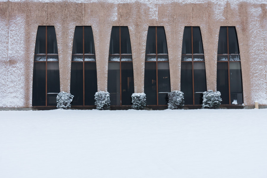 A snowy surprise outside of Fogelson Library on February 17, 2015. Photo by Luke E. Montavon/The Jackalope