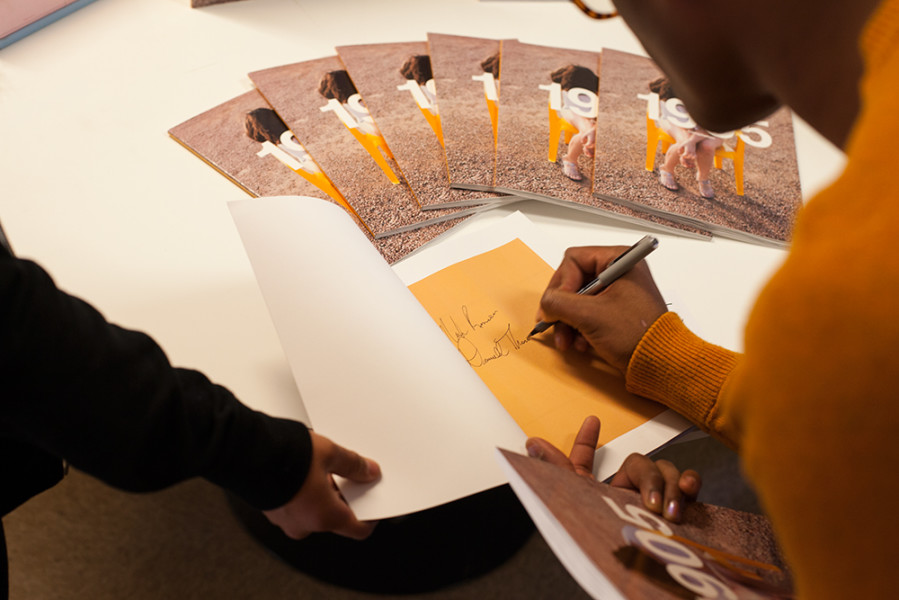 Darnell Thomas signing a copy of 1905 magazine. Photo by René Bjorheim