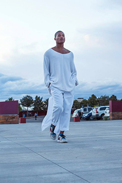Darnell Thomas wearing all white with some modern sneakers. Photo by René Bjorheim