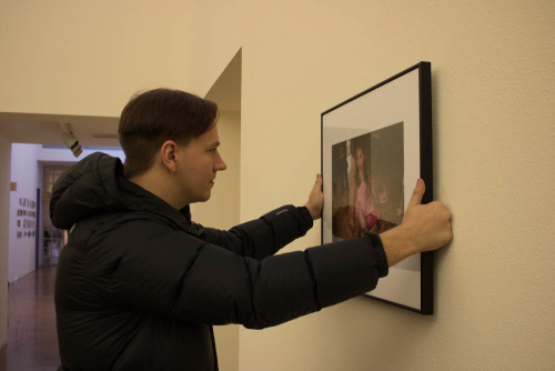 Alumnus Forrest Soper returns to SFUAD to hang work in the Marion center.